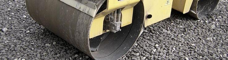Засыпка пеностекольного щебня с легкостью выдерживает вес дорожного катка.