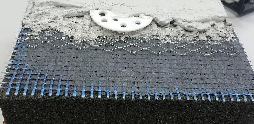 Пример тонкослойного разделительного слоя Nafufill B25, армированного фасадной стеклосеткой с последующим нанесением традиционного штукатурного состава на основе цемента с армированием оцинкованной сварной металлической сеткой.