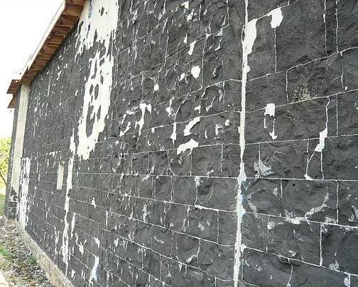 Отслоение традиционного штукатурного покрытия от пеностекла вследствиt реакции ASR и усадки штукатурки