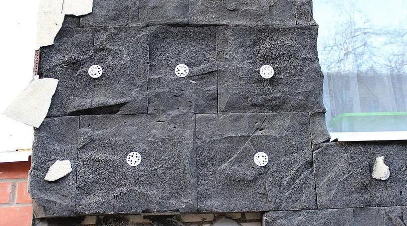 Отслоение традиционного штукатурного покрытия от пеностекла вследствие реакции ASR и усадки штукатурки