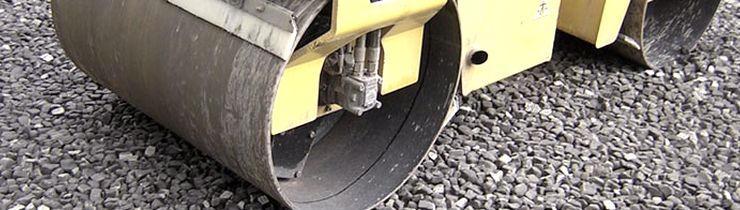 Засыпка пеностекольного щебня с легкостью выдерживает вес дорожного катка